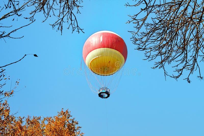 Воздушный шар в облаках над парком Yarkon, Тель-Авив стоковые фотографии rf