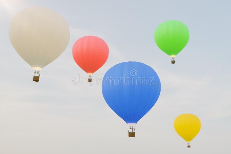 воздушный шар иллюстрации 3D горячий на предпосылке неба Белые, красные, голубые, зеленые и желтые flyes баллона воздуха на небе иллюстрация штока