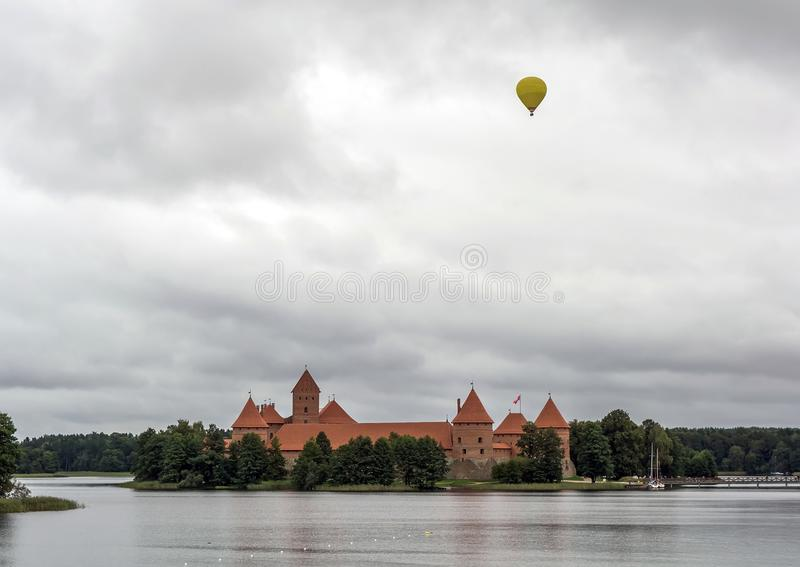 Воздушный шар летая над замком Trakai стоковые фотографии rf