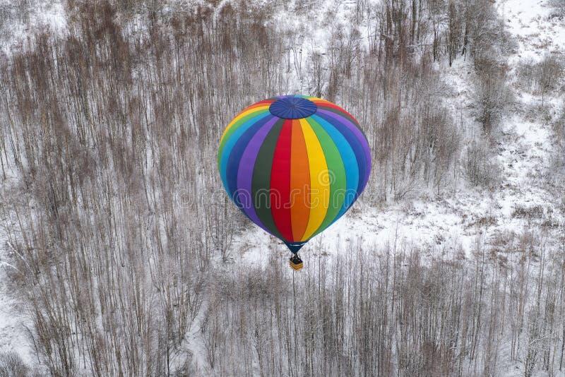 Воздушный шар Colorfuul горячий в небе в зиме стоковые фото