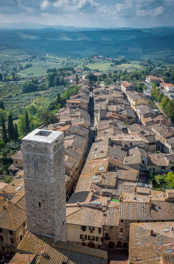 Воздушный широкоформатный взгляд исторического города San Gimignano с тосканской сельской местностью, Тосканой, Италией стоковые изображения