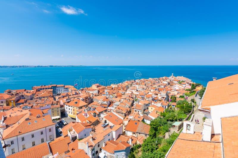 Воздушный panoramatic взгляд города Piran, Словении Посмотрите от башни в церков В переднем плане небольшие дома, Адриатическое м стоковые изображения