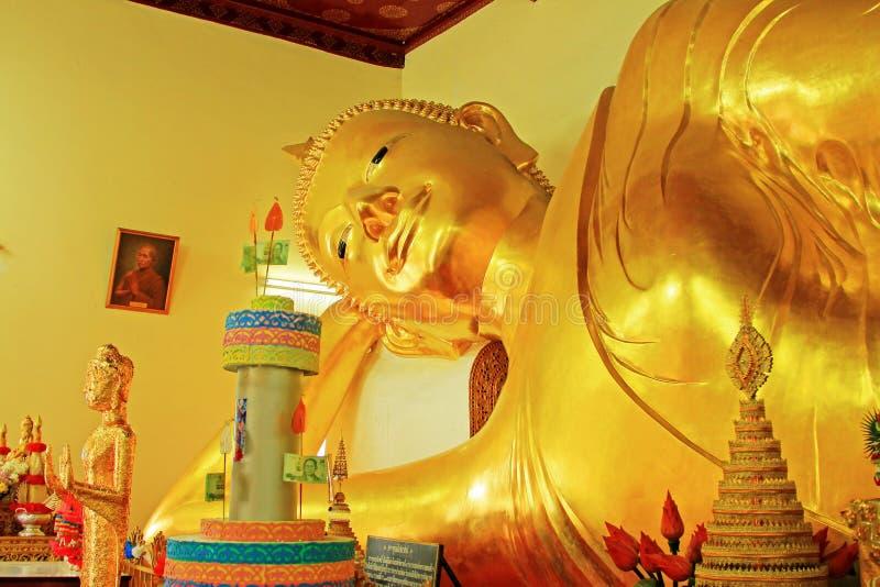 Возлежа Будда в Phra Pathom Chedi, Nakhon Pathom, Таиланде стоковое изображение