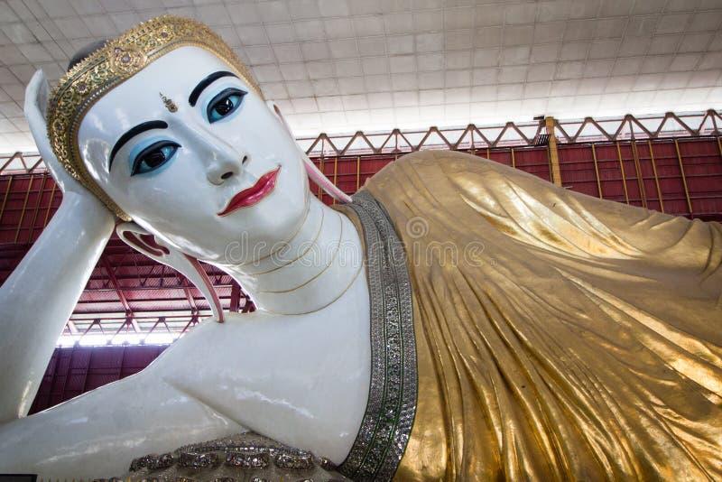 Возлежа Будда на виске Chauk-htat-gyi Будды в Янгоне стоковое изображение rf