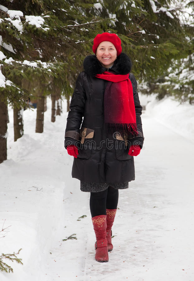 возмужалая женщина зимы парка стоковые фото