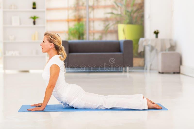 Возмужалая йога дамы стоковые изображения rf
