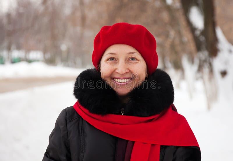возмужалая напольная женщина зимы портрета стоковая фотография rf
