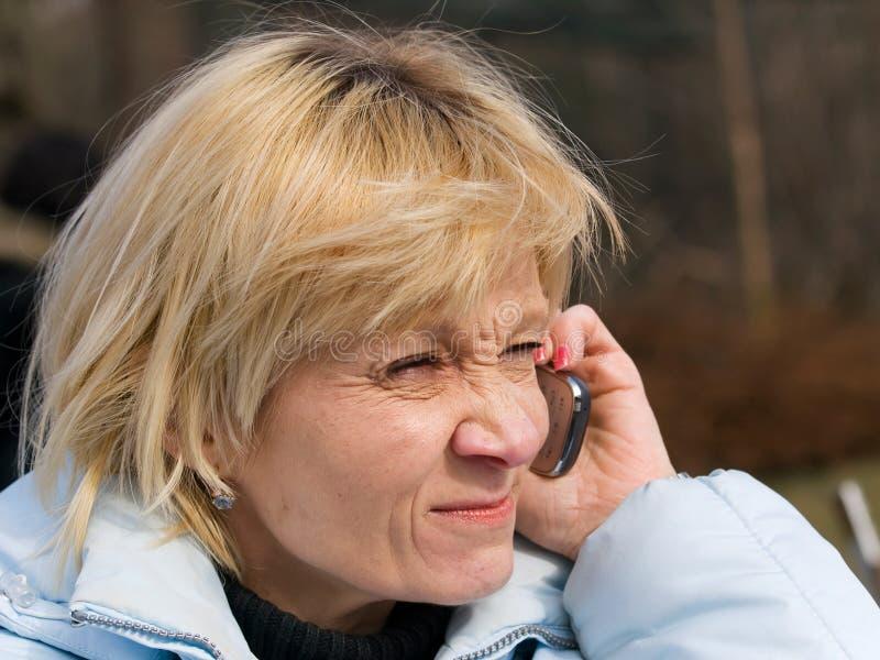 Возмужалая повелительница делая телефонный звонок стоковое фото rf