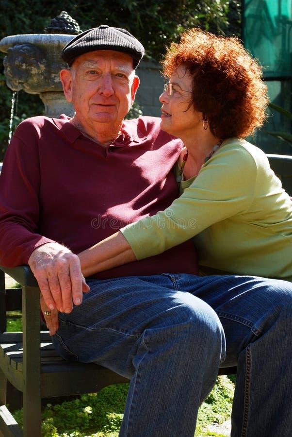 возмужалое пар счастливое ослабляет солнце стоковое изображение rf