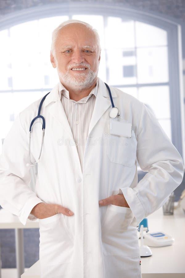 Возмужалый доктор ся в пальто лаборатории стоковые изображения