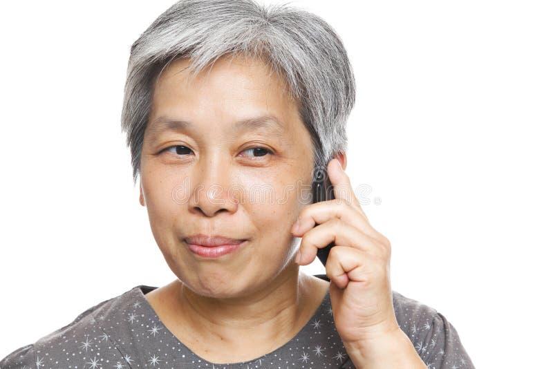 возмужалый мобильный телефон используя женщину стоковое фото rf