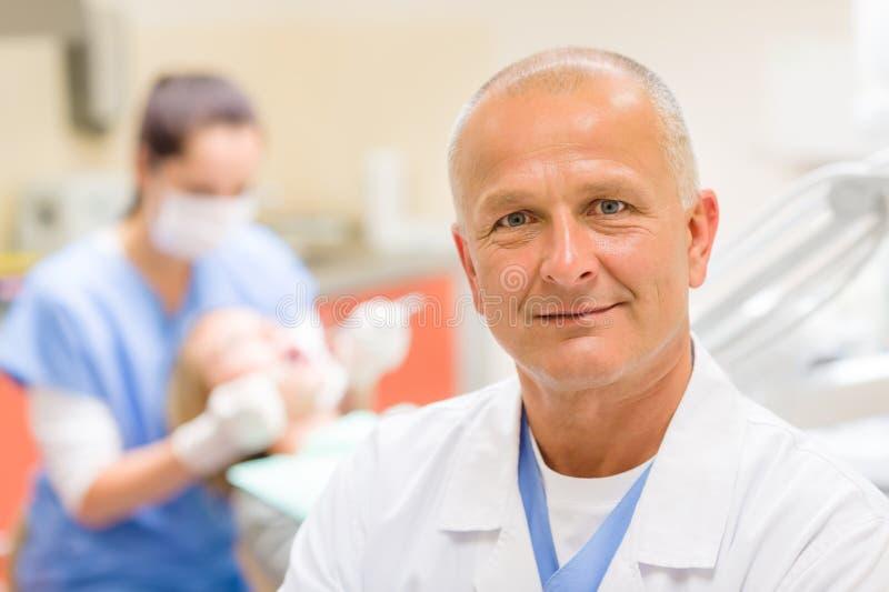Возмужалый хирург дантиста на портрете офиса стоковое фото