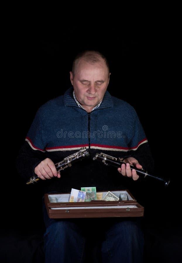 Возмужалый человек с кларнетом. стоковые фотографии rf
