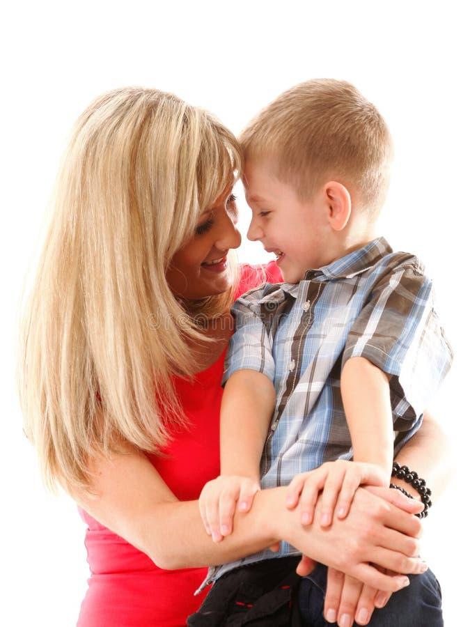 Возмужалая мать с ребенком 6 лет изолированного мальчика стоковое фото