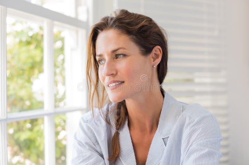 возмужалая думая женщина стоковое изображение rf
