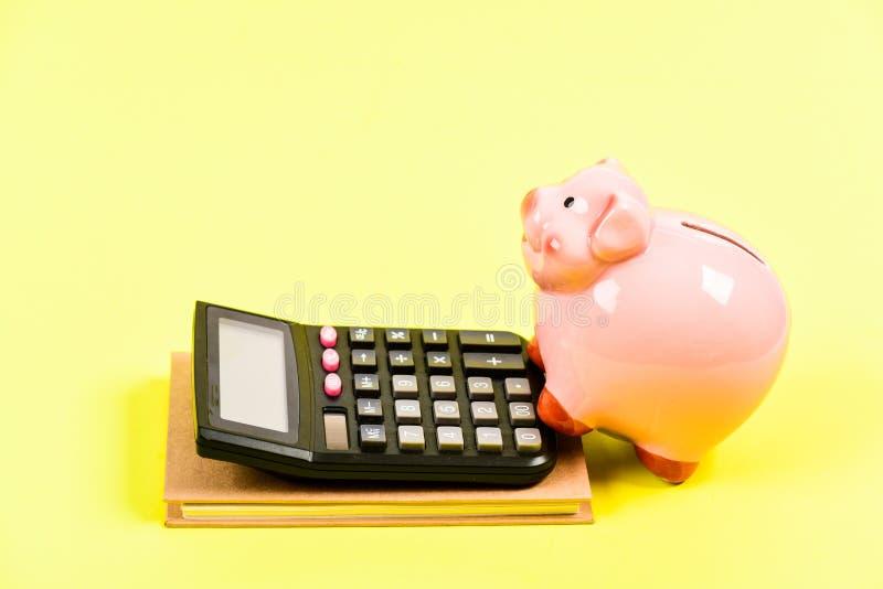 Вознаграждение r Бухгалтерия и зарплата moneybox с калькулятором E bookishly финансовый отчет стоковое фото rf