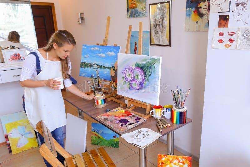 Возникновение милого художника девушки европейское держит опарникы щеток, stan стоковые фотографии rf