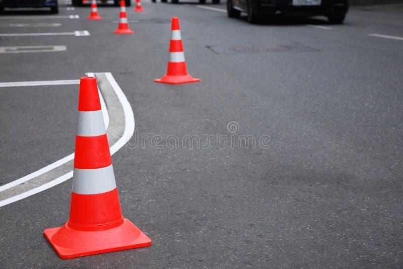 Возобновлять паркуя маркировки на дороге, конусы движения стоковое изображение rf