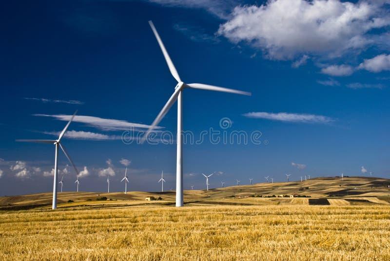Возобновляющая энергия и устойчивое и сбалансированное развитие стоковые изображения