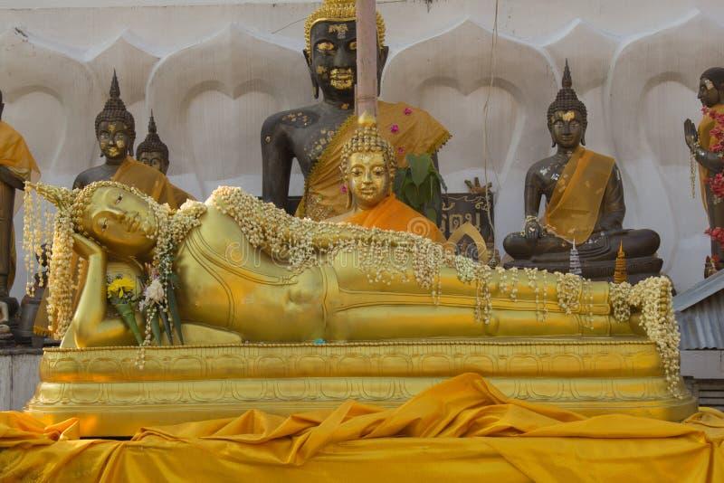 Возлежа Будда на Wat Phra которое Doi Kham Чиангмай, Таиланд стоковые фото