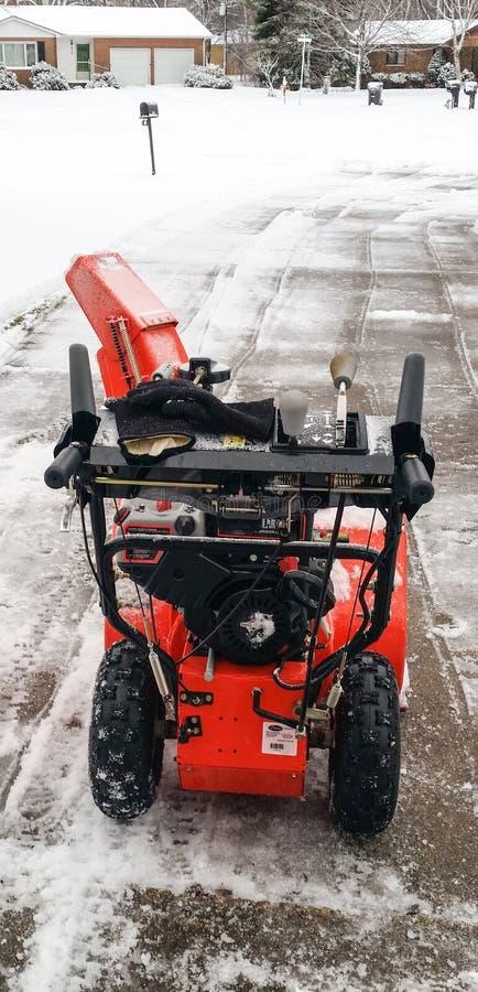 Воздуходувка снега на пути привода с свеже упаденным снегом стоковое изображение rf