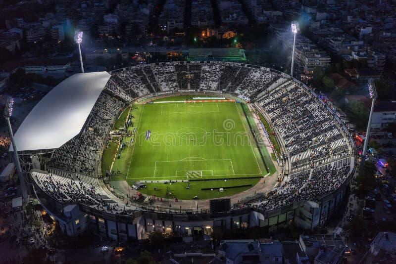 Воздушная сажа стадиона Toumba вполне вентиляторов во время футбола стоковые изображения rf