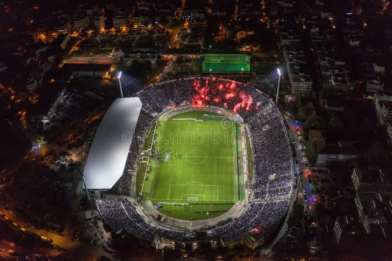 Воздушная сажа стадиона Toumba вполне вентиляторов во время футбола стоковое фото