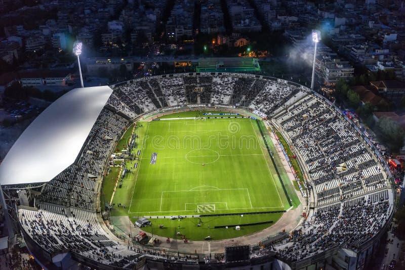 Воздушная сажа стадиона Toumba вполне вентиляторов во время футбола стоковые фотографии rf