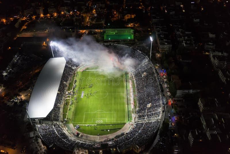Воздушная сажа стадиона Toumba вполне вентиляторов во время футбола стоковая фотография rf