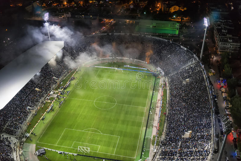 Воздушная сажа стадиона Toumba вполне вентиляторов во время футбола стоковые фото