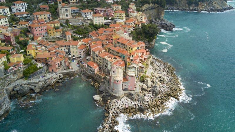 Воздушная стрельба фото с трутнем на Tellaro, известной Ligurian деревней около Cinqueterre стоковые фотографии rf