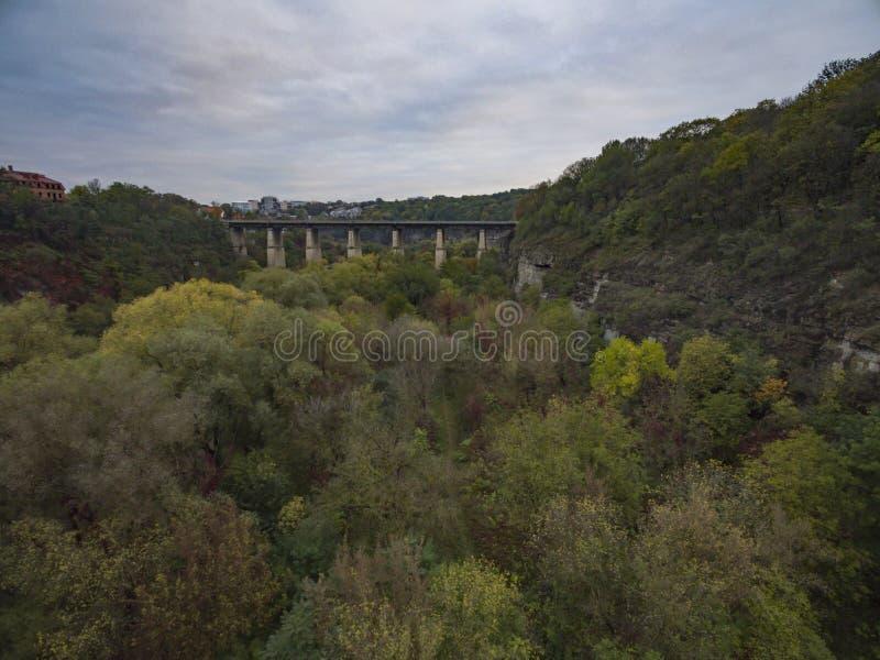 Воздушная съемка каньона реки Smotrych к мосту Novoplanivskyi в Kamianets-Podilski Украине стоковые изображения rf