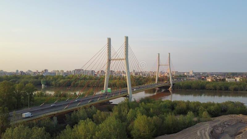 Воздушная съемка guyed моста автомобиля в Варшаве стоковое изображение