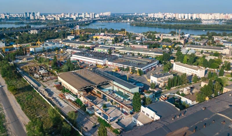 Воздушное взгляд сверху зоны промышленного парка сверху, печных труб фабрики и складов, района индустрии стоковое изображение rf