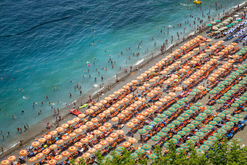 Воздушное фотографирование туристов играя и принимая sunbath на s стоковые изображения