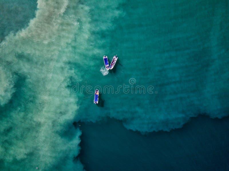 Воздушное фото трутня - рыбацкие лодки в Тихом океане сини мочат с побережья Коста-Рика стоковое фото