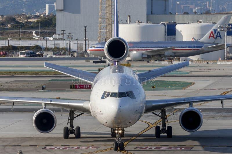 Воздушные судн груза Federal Express Federal Express McDonnell Douglas MD-11F на международном аэропорте Лос-Анджелеса стоковые изображения rf