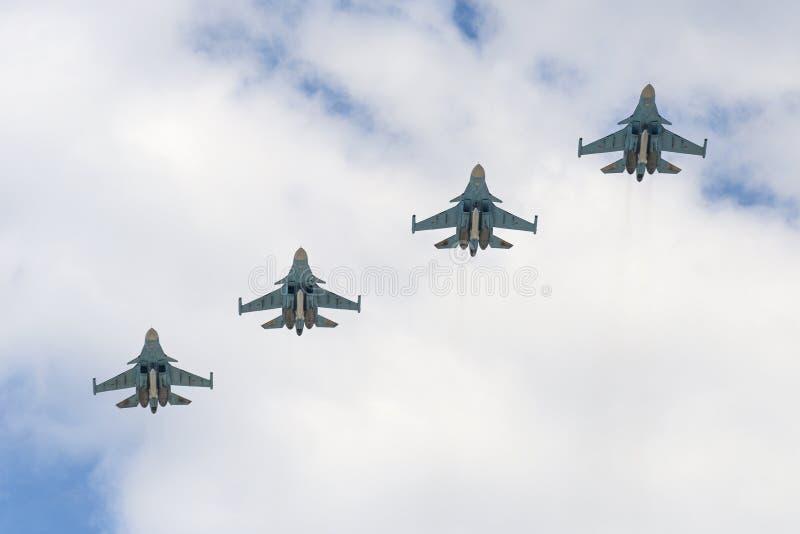 Воздушные судн защитника Sukhoi Su-34 летают над красной площадью стоковое изображение rf