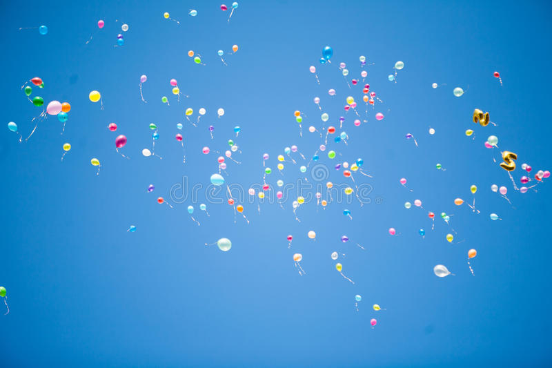 Воздушные шары в небе стоковые изображения