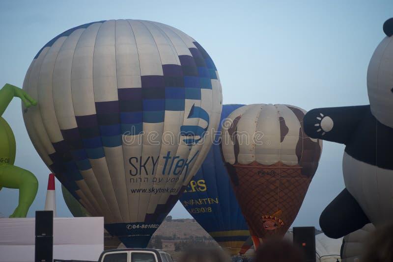 Воздушные шары готовые для того чтобы принять перед восходом солнца стоковое фото rf