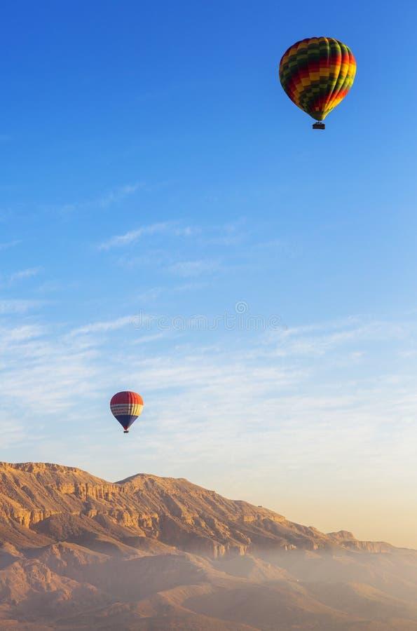 Download Воздушные шары летания редакционное изображение. изображение насчитывающей небо - 41660890