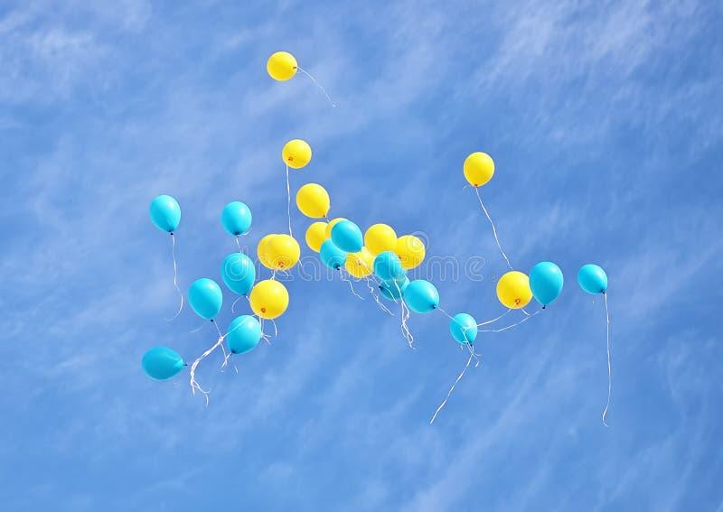 Воздушные шары летая вверх в небо стоковые изображения rf
