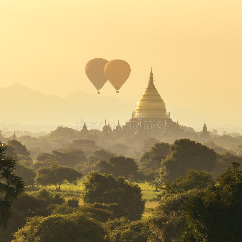 Воздушные шары над буддийскими висками на восходе солнца в Bagan стоковое фото