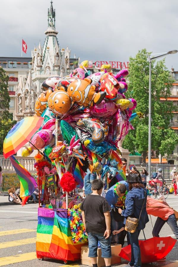 Воздушные шары покупки людей в форме шаржа стоковое изображение