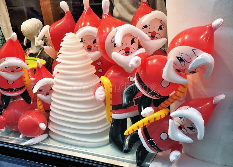 Воздушные шары Санта Клауса в витрине стоковое изображение