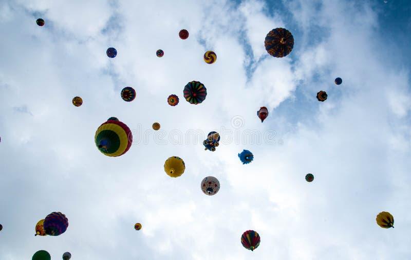 Воздушные шары фиесты воздушного шара Альбукерке плавая стоковая фотография rf