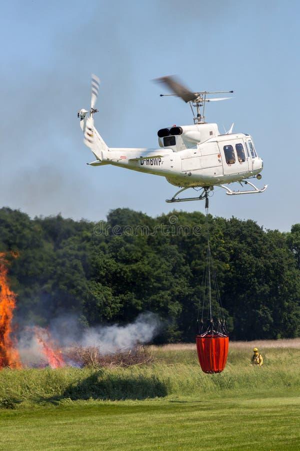 Воздушный вертолет пожаротушения стоковые фотографии rf