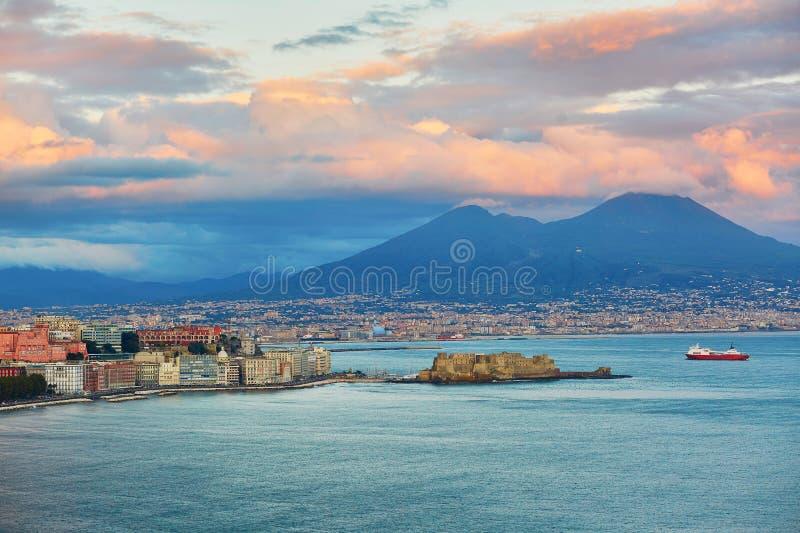 Воздушный сценарный взгляд Неаполь с вулканом Vesuvius стоковая фотография rf