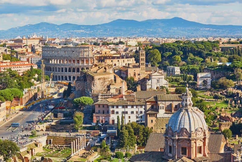 Воздушный сценарный взгляд Colosseum и римского форума в Риме, Италии стоковые изображения rf