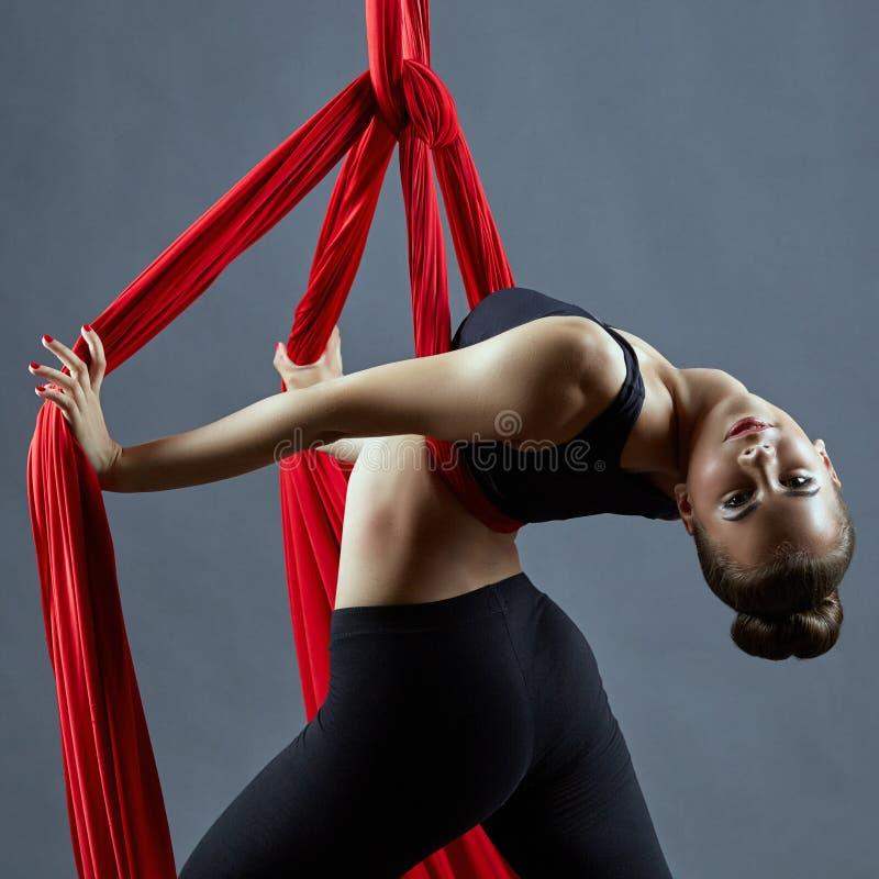 Воздушный танец шелков Чувственный молодой представлять танцора стоковые изображения rf